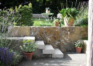 Терраса в средиземноморском саду , фото