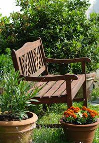 Уголок отдыха со скамейкой, фото