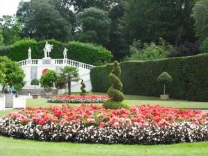 Круглые клумбы в резулярном саду, фото
