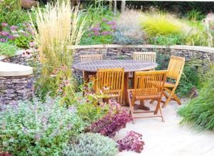 Солнечное место для отдыха в саду, фото